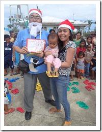 子供のサンダルとクリスマスカード
